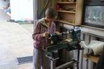 Conor McGarvey steht an der Werkbank und beginnt mit der Herstellung eines Donegal Pen